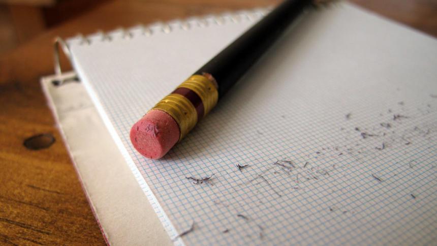 Bleistift und Radierschnipsel auf Papier