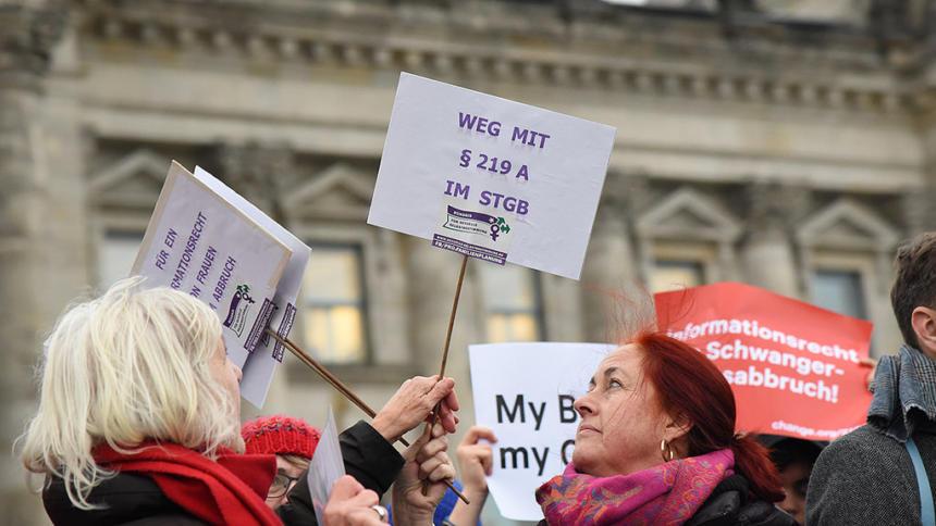 Frauen vor dem Bundestag mit Schildern zu 219a