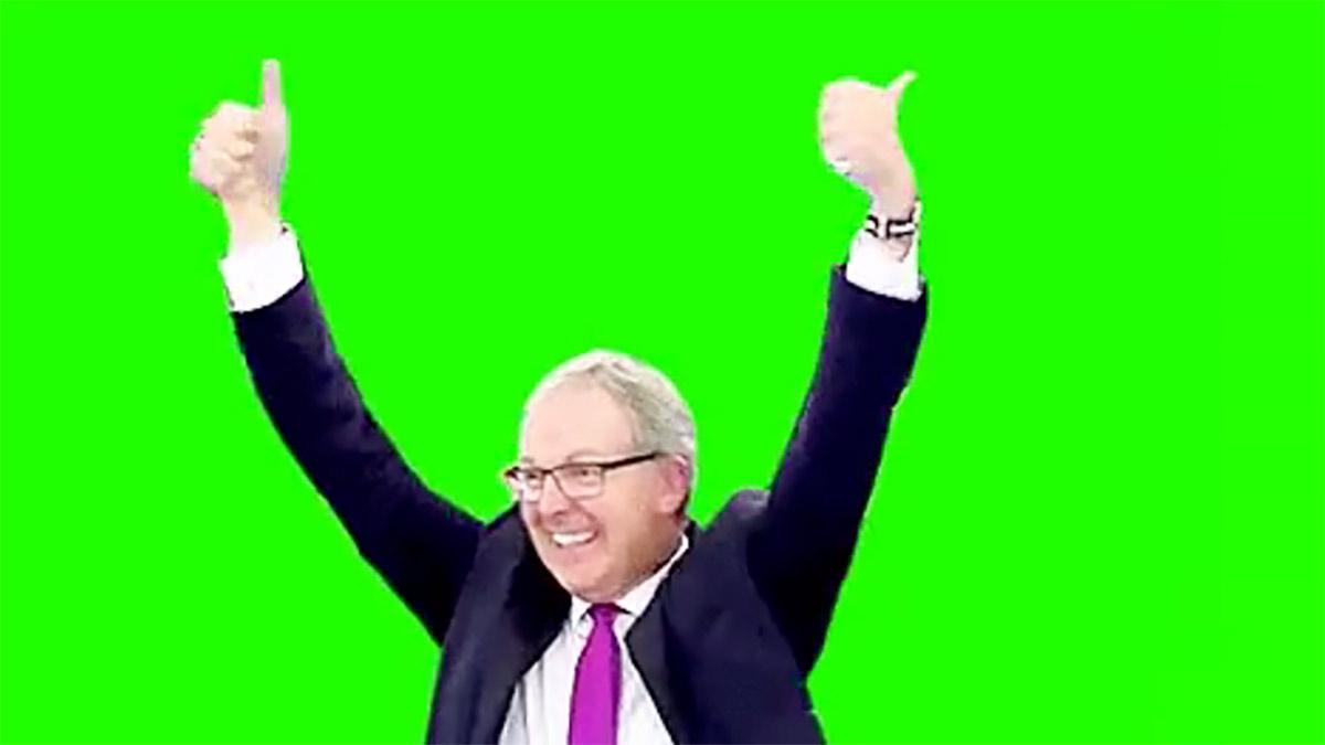 Axel Voss vor grünem Hintergrund