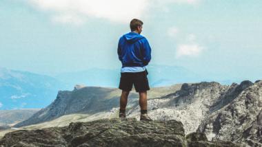 Ein Mann auf einem Gipfelgrat