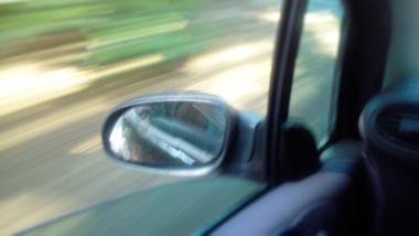 Autospiegel und verschwommene Landschaft