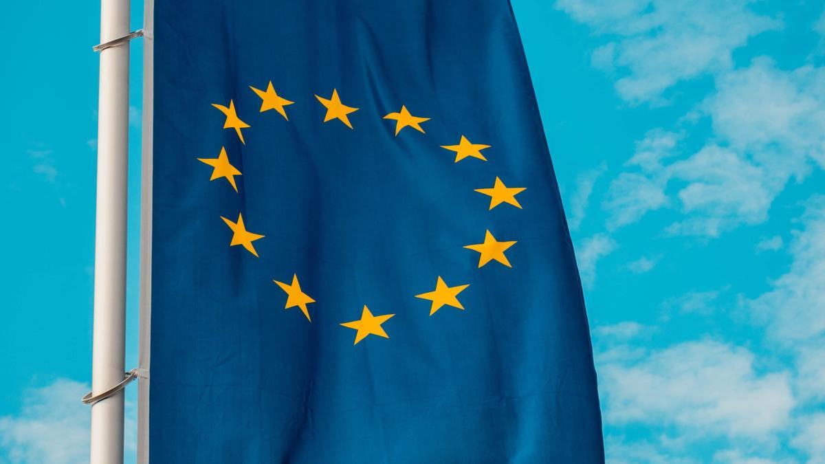 Flagge der Europäischen Union vor blauem Himmel
