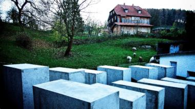 Stelen vor dem Haus von Björn Höcke