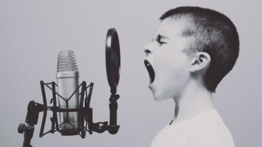 Ein Junge schreit ins Mikrofon