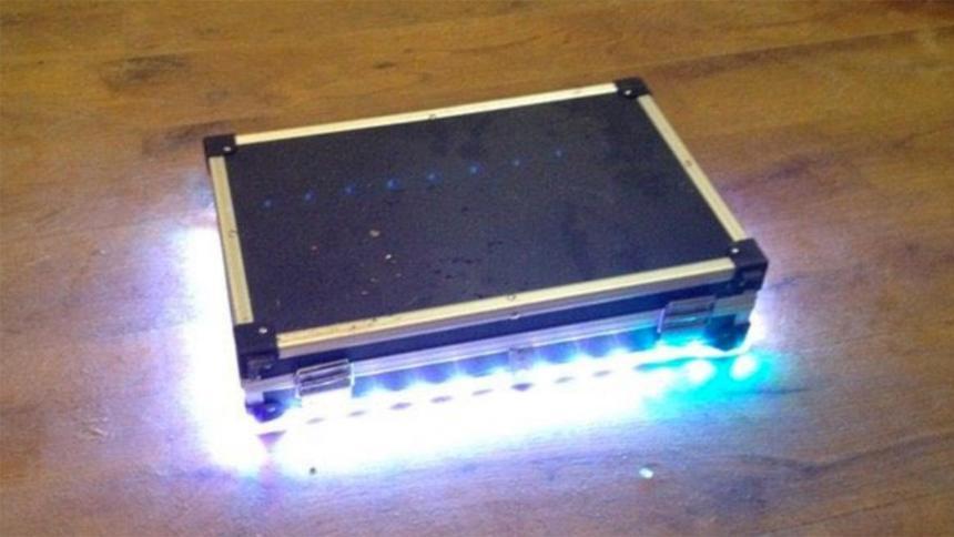 Ein leuchtender Koffer