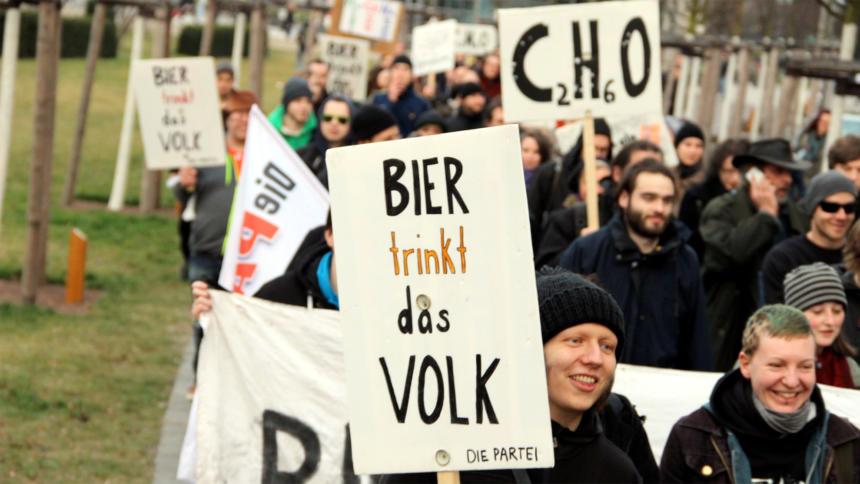 Anhänger der Satirepartei, die PARTEI, demonstrieren gegen Rechts.