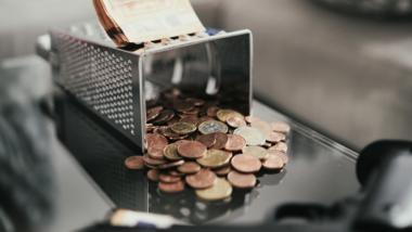 Käsereibe mit Geld