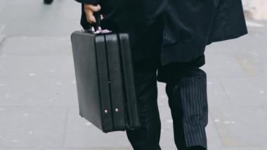 Ein Mann im Anzug mit Koffer