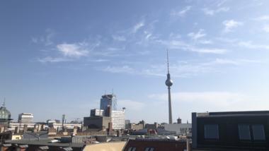 Blick aus dem Berliner Büro von netzpolitik.org auf den Fernsehturm am 25. Juli 2019