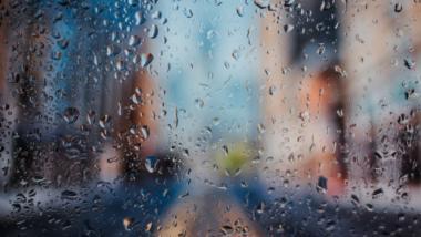 Eine Glasscheibe mit Regentropfen