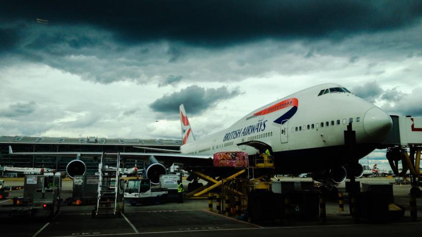 Dunkle Wolken über British Airways: Für einen durch Sicherheitsmängel verschuldeten Abgriff der Daten von 500.000 Kunden soll die Fluglinie eine Rekordstrafe zahlen.