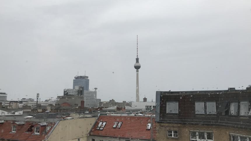Fernsehturm im Regen