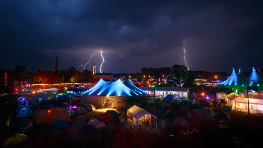 Das Chaos Communication Camp 2015 mit Gewitter im Hintergrund.
