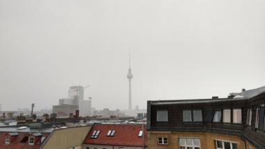 Der Berliner Fernsehturm in Regen
