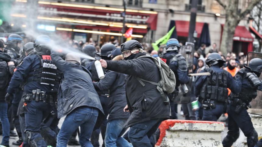 Demonstrant*innen und Polizist*innen auf Straßenprotest