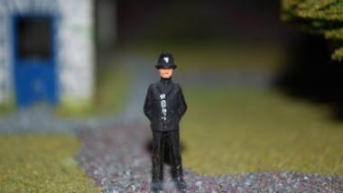 Kleine Polizeifigur vor Modelhaus