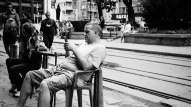 Ein Mann sitzt auf einem Stuhl auf der Straße