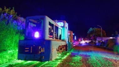 Bunt beleuchtete Schmalspurbahn auf dem CCCamp 2015