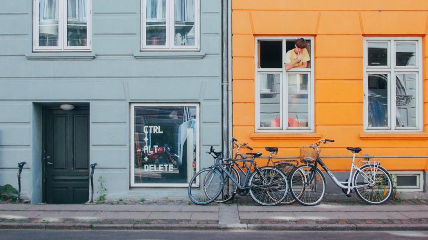 Hausfront. In einem Fenster steht Alt+Ctrl+Delete, aus dem anderen Fenster schaut jemand heraus, der sich die Zähne putzt.