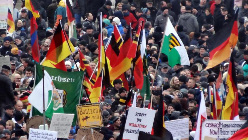 Rechtsradikale Pegida-Demonstranten mit Deutschlandfahnen