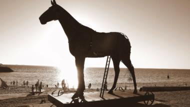 Trojanisches Pferd am Strand vor Sonnenuntergang