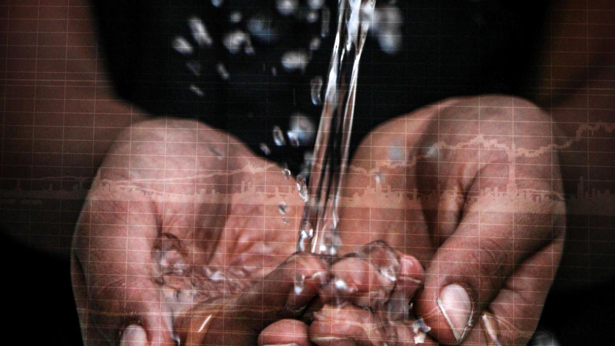 Hände, in die Wasser fließt