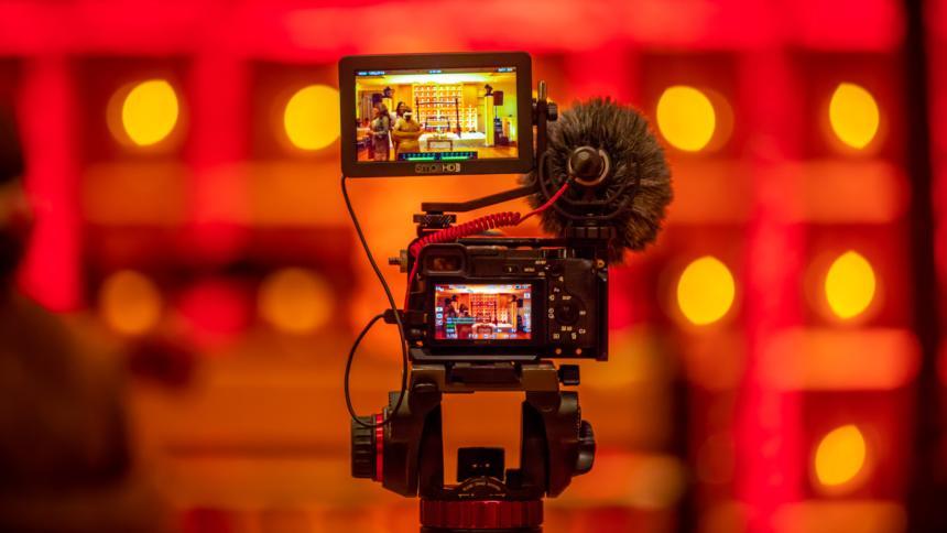 Kamera mit selektivem Fokus in einem rot-organenen Studio