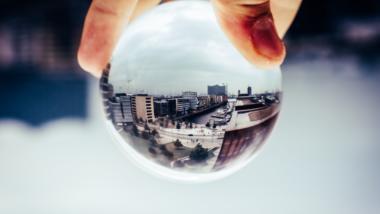 Glaskugel, die Skyline von Hamburg spiegelt