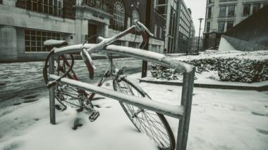 Ein zugeschneites, angeschlossenes Rennrad