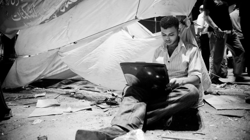 Mann mit Laptop auf dem Tahrir-Platz