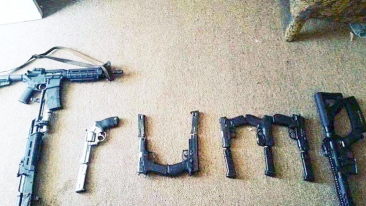 Trump, geschrieben mit aneinander glegeten Waffen.