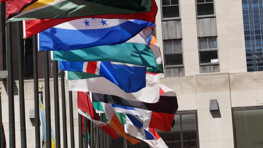 Wehende Flaggen verschiedener Staaten