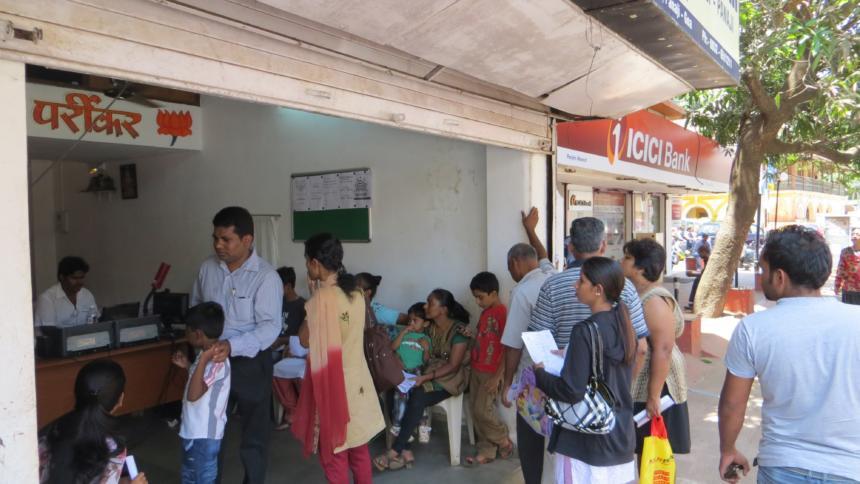 Indische Menschen warten in Goa auf die Registrierung in der Aadhaar-Datenbank