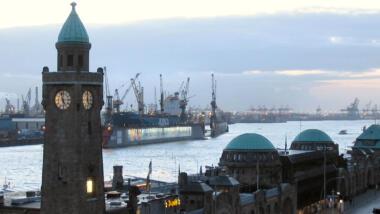 Blick auf die Landungsbrücken am Hafen von Hamburg