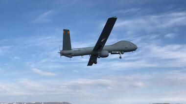 """Eine israelische Drohne des Typs """"Hermes 900"""" startet von einem Flugplatz in Island."""