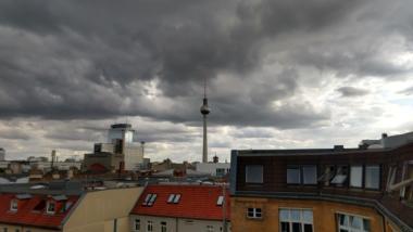 Der Berliner Fernsehturm, dramatisch arrangiert unter oh so dunklen Wolken
