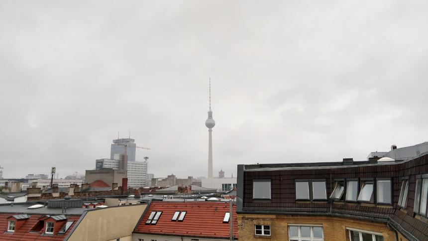 Der Berliner Fernsehturm. In den demotivierend-müden Wolken versteckt sich ein Hubschraubär