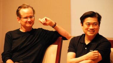 Lawrence Lessig und sein Freund Joi Ito bei einer Veranstaltung im Jahr 2008.