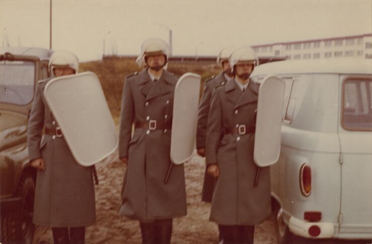Stasi-Leute in Schutzausrüstung bei einer militärischen Ausbildung