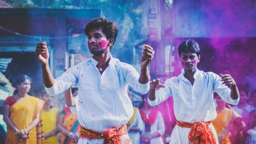 Zwei bemalte Männer beim Holi-Fest in Kolkata, Indien