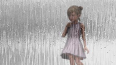 Mädchen hinter Glas