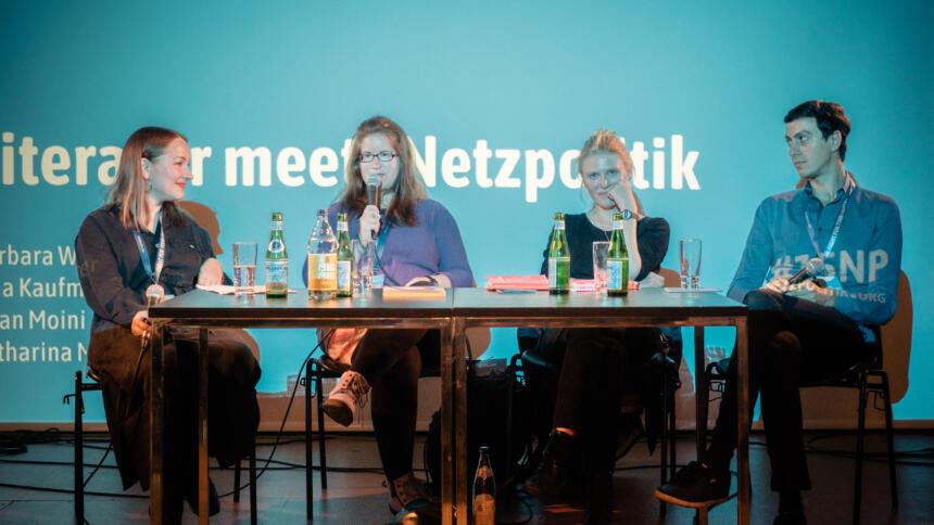 Katharina Meyer, Barbara Wimmer, Sina Kamala Kaufmann und Bijan Moini auf der Bühne von Literatur meets Netzpolitik