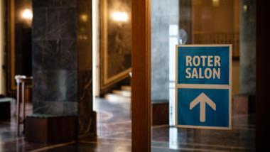 Schild zum roten Salon