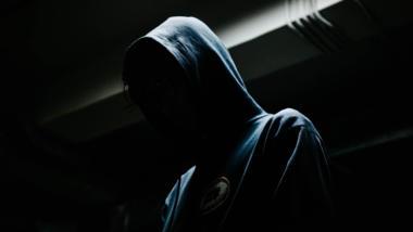 Mensch mit Kapuze und verdecktem Gesicht