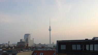 Blick aus dem Berliner Netzpolitik-Büro auf den Fernsehturm am Alexanderplatz.