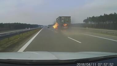 Brennender Lkw auf einer Autobahn.