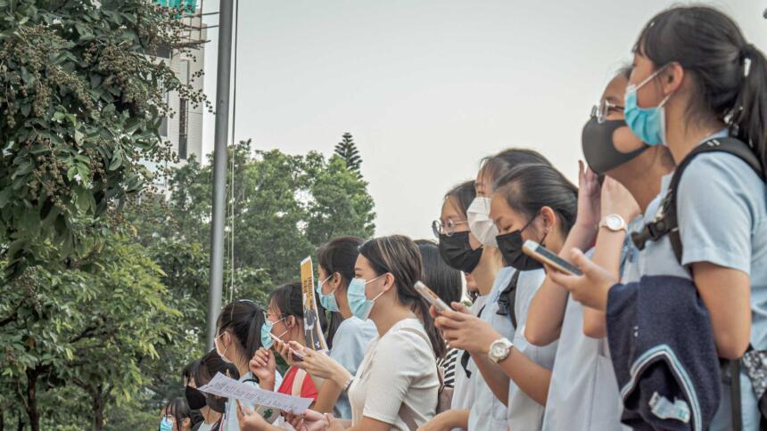 Frauen mit Masken demonstrieren