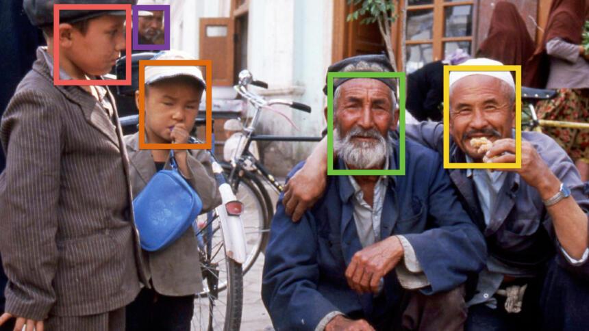 Uiguren posieren für ein Foto, um ihre Gesichter sind bunte Kästen, die Gesichtserkennung symbolisieren sollen