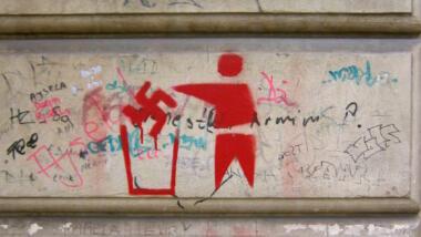 Anti-Nazi-Graffiti an einer Wand