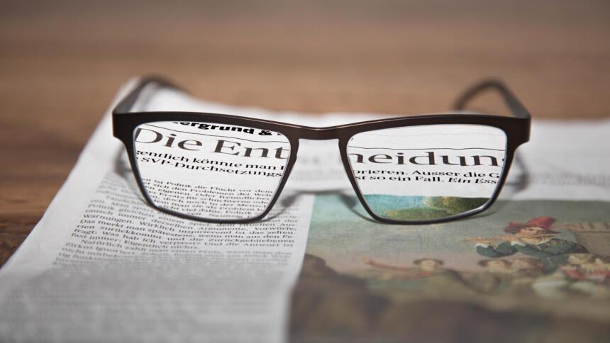 Zeitung und Brille